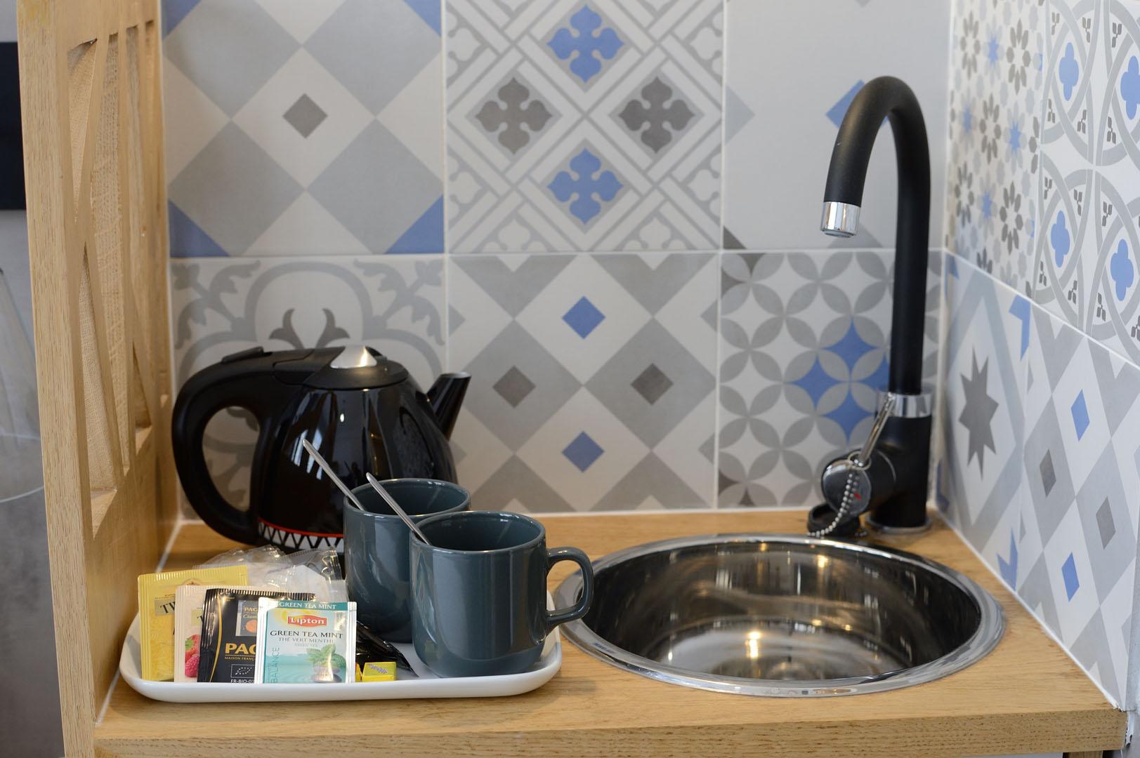 Évier avec bouilloire et thés, dans notre hôtel moderne à Paris, l'hôtel Terre Neuve.
