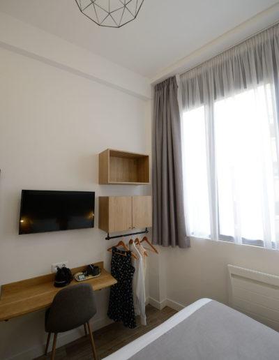 Chambre avec coin bureau, dans notre hôtel moderne à Paris, l'hôtel Terre Neuve.