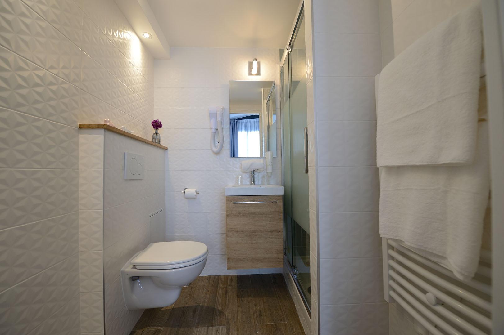 Salle de bain moderne de notre hôtel Terre Neuve, séjour à Paris.