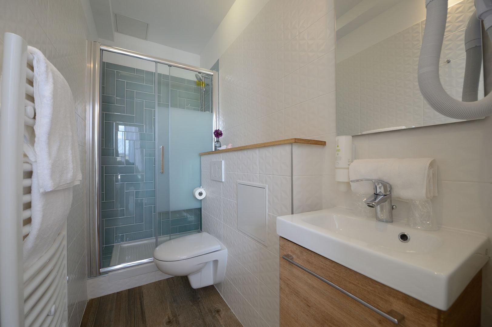 Grande salle de bain de notre hôtel design à Paris, l'hôtel Terre Neuve.