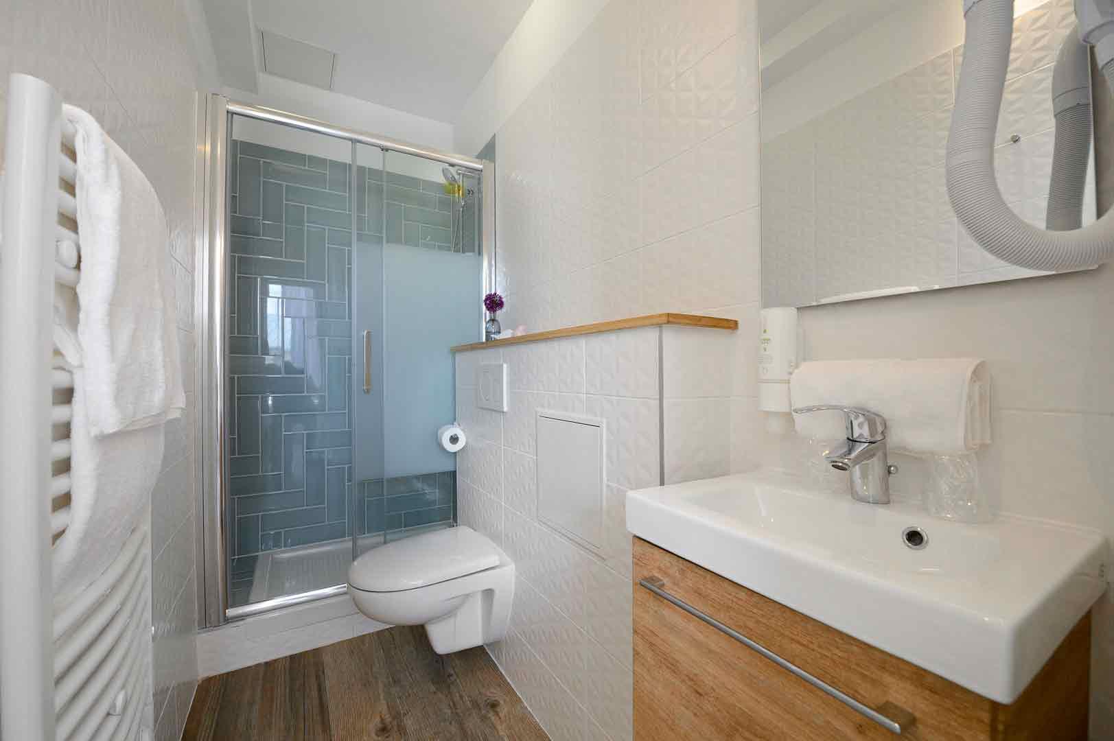 Salle de bain d'une chambre de notre hôtel contemporain à Paris, l'hôtel Terre Neuve.