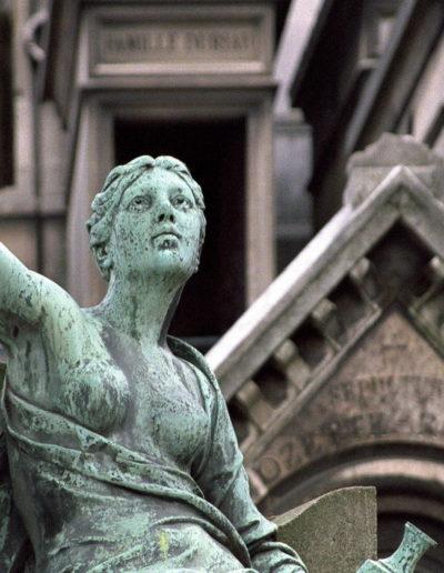 Statue du cimetière dy Père Lachaise, à proximité de l'hôtel Terre Neuve à Paris.